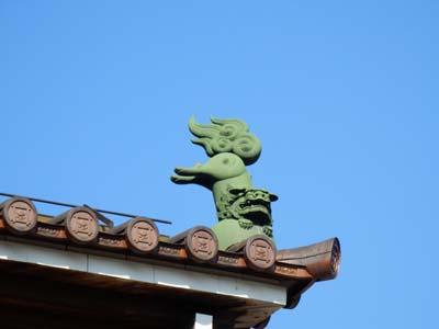 久遠寺 屋根のシシ.JPG