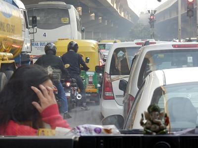 india 渋滞と歩く人.png